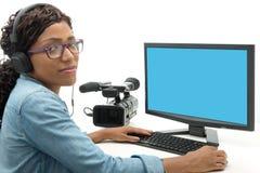 Editor de vídeo afroamericano joven de la mujer fotografía de archivo