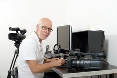 Editor de vídeo en su estudio imagen de archivo libre de regalías