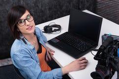 Editor de v?deo de la mujer joven que trabaja en estudio imagen de archivo libre de regalías