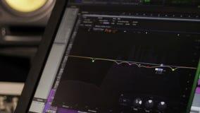 Editor eletrônico do monitor no som profissional filme
