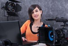 Editor video da jovem mulher que trabalha no est?dio foto de stock royalty free