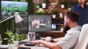Editor video e colorist que falam com seu colega filme