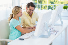 Editores de fotos que escolhem fotos no tela de computador Imagens de Stock Royalty Free