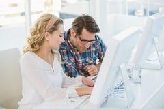 Editores de fotos que trabalham na folha do contato Fotografia de Stock