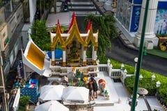 Editorial, budistas en la capilla en Bangkok, Tailandia Imágenes de archivo libres de regalías