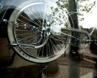 Editorial, Chicago, IL bicicleta do 6 de maio de 2012 indicada atrás da janela da montra Foto de Stock