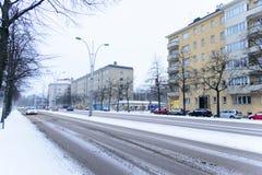 Editorial: Cidade de Hels?nquia, Finlandia, o 21 de dezembro de 2018 Carro na estrada na vila com neve e esta??o do inverno em He fotos de stock royalty free