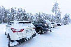 Editorial: Ciudad de Kuusamon, Finlandia, el 27 de diciembre de 2018 Aparcamiento en el club Kuusamon Tropiikki del día de fiesta foto de archivo