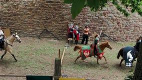 Editorial: 9 de junho de 2019: Chatenois, França Carnaval medieval fantasiado sob paredes da fortaleza filme