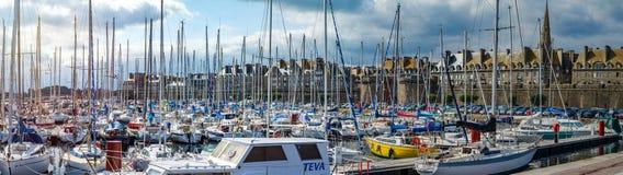 Editorial: 20 de septiembre de 2017: St-Malo, Francia Muchos yates adentro Imagen de archivo