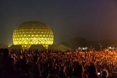 Editorial documentável AUROVILLE, TAMIL NADU, ÍNDIA - 28 de fevereiro de 2018 Meditação coletiva com ` s 50 YE de Auroville do fi Imagem de Stock