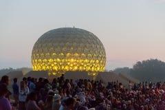 Editorial documentável AUROVILLE, TAMIL NADU, ÍNDIA - 28 de fevereiro de 2018 Meditação coletiva com ` s 50 YE de Auroville do fi Fotografia de Stock Royalty Free