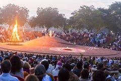 Editorial documentável AUROVILLE, TAMIL NADU, ÍNDIA - 28 de fevereiro de 2018 Meditação coletiva com ` s 50 YE de Auroville do fi Fotos de Stock Royalty Free