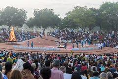 Editorial documentável AUROVILLE, TAMIL NADU, ÍNDIA - 28 de fevereiro de 2018 Meditação coletiva com ` s 50 YE de Auroville do fi Foto de Stock Royalty Free