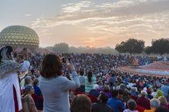 Editorial documentável AUROVILLE, TAMIL NADU, ÍNDIA - 28 de fevereiro de 2018 Meditação coletiva com ` s 50 YE de Auroville do fi Fotografia de Stock