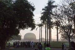 Editorial documentável AUROVILLE, TAMIL NADU, ÍNDIA - 28 de fevereiro de 2018 Meditação coletiva com ` s 50 YE de Auroville do fi Foto de Stock