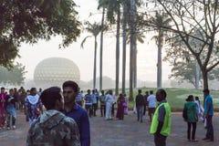 Editorial documentável AUROVILLE, TAMIL NADU, ÍNDIA - 28 de fevereiro de 2018 Meditação coletiva com ` s 50 YE de Auroville do fi Fotos de Stock