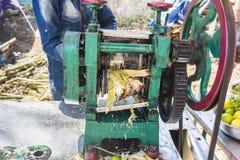 Editorial documentável PUDUCHERY, PONDICHERY, TAMIL NADU, ÍNDIA - março cerca de, 2018 Extrato não identificado Cane Juice do tra imagens de stock