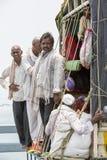 Editorial documental RAMESWARAM, RAMESHWARAM, TAMIL NADU, la INDIA - marzo circa, 2018 - los hombres no identificados aprietan en imagen de archivo libre de regalías