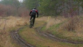 editorial Dos ciclistas que se trasladan a la distancia almacen de metraje de vídeo