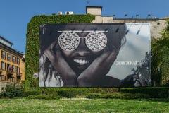 Editorial ilustrativo del anuncio de Giorgio Armani del gigante en fachada de la pared foto de archivo