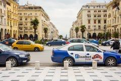 editorial Kwiecie? 2019 greece Thessaloniki Pejzaż miejski, widok zwyczajny uliczny prowadzić morze zdjęcie stock