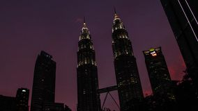 Editorial, lapso de tempo do por do sol da torre de Petronas, Malásia vídeos de arquivo