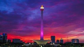 Editorial, lapso de tiempo de la puesta del sol de Monas, el icono de la ciudad de Jakarta, Indonesia almacen de metraje de vídeo