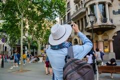 editorial Maj, 2018 Barselona, Hiszpania Młody człowiek, turysta Tak obraz royalty free