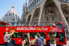 editorial Maj 2018 Turystyczny autobus przed Sagrada Familia zdjęcie royalty free