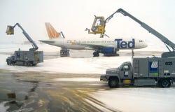 Editorial: Operaciones de descongelación v3 del aeroplano Fotos de archivo libres de regalías