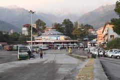 Editorial: Palampur, Himachal Pradesh, Índia: 10 de novembro de 2015: Parada do ônibus local na estação bonita do monte em Himach fotos de stock