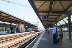 Editorial: Suiza, el 14 de julio de 2012 Tren que espera de la gente en Imagenes de archivo