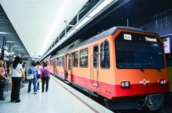 Editorial: Suiza, el 14 de julio de 2012 Tren que espera de la gente en Fotografía de archivo