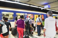 Editorial: Suiza, el 14 de julio de 2012 Tren que espera de la gente en Imagen de archivo