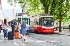 Editorial: Suiza, el 14 de julio de 2012 Tren que espera de la gente en Imágenes de archivo libres de regalías