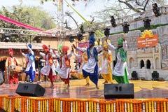 Editorial: Surajkund, Haryana, Índia: Artistas locais de Punjab que executa a dança do bhangra em 30os ofícios internacionais fav fotos de stock royalty free