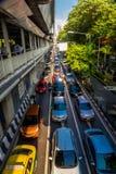 Editorial, tráfico en calle muy transitada en Bangkok Foto de archivo libre de regalías