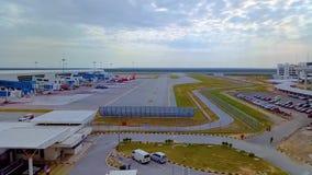 Editorial, un avión que saca en Kuala Lumpur International Airport Malaysia - lapso de tiempo almacen de metraje de vídeo