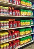 EDITORIAL: Una variedad de productos del asesino de mala hierba y de plantas del fortalecedor en venta en una tienda de la granja imagenes de archivo