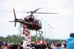 Editorial - voo vermelho do helicóptero acima da multidão Fotografia de Stock