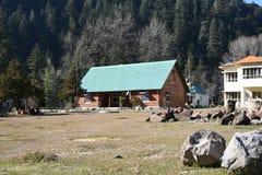 Editoriale: Barot, Mandi, Himachal Pradesh, India: 28 dicembre 2015: Casa di riposo di PWD in Barot, è un punto turistico famoso Fotografia Stock