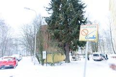 Editoriale: Città di Helsinki, Finlandia, il 21 dicembre 2018 Automobile sulla strada in villaggio con neve e stagione invernale  fotografia stock libera da diritti