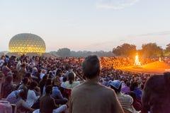 Editoriale documentario AUROVILLE, TAMIL NADU, INDIA - 28 febbraio 2018 Meditazione collettiva con il ` s 50 YE di Auroville del  Immagini Stock