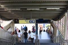 Editoriale: Gurgaon, Delhi, India: 6 giugno 2015: La gente che si muove dal treno della metropolitana alla stazione di Gurgaon de fotografia stock