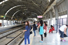 Editoriale: Gurgaon, Delhi, India: 6 giugno 2015: Treno aspettante della metropolitana della gente alla stazione di Gurgaon della fotografie stock