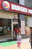Editoriale, il 7 giugno 2015: Gurgaon, Delhi, India: Gente non identificata al giunto di Burger King nel centro commerciale di di fotografia stock libera da diritti
