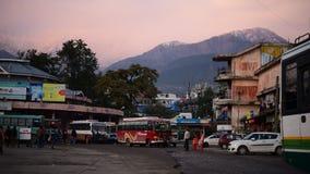 Editoriale: Palampur, Himachal Pradesh, India: 10 novembre 2015: Fermata dell'autobus locale alla stazione graziosa della collina stock footage