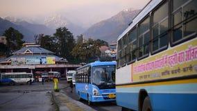 Editoriale: Palampur, Himachal Pradesh, India: 10 novembre 2015: Fermata dell'autobus locale alla stazione graziosa della collina archivi video