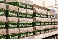 EDITORIALE: Scaffali di Remington 12 cartucce per fucili a canna liscia del calibro fotografia stock
